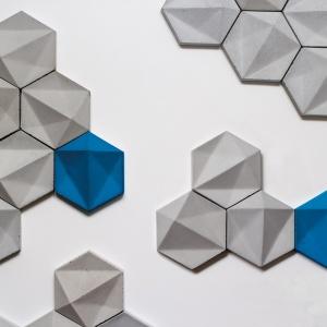 Dekoracyjne płyty betonowe mają formę sześciokątów z ciekawą, geometryczną fakturą 3D. Fot. Morgan & Moeller