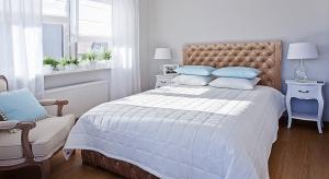 Sypialnia z pewnością jest jednym z ważniejszych pomieszczeń w mieszkaniu. Jej odpowiednia aranżacja odpowiada za to, czy będziemy czuć się komfortowo. Jak więc urządzić to pomieszczenie, by sprzyjało wypoczynkowi?