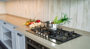 Kuchnia rustykalna to sielskie, przytulne wnętrze, w którym możemy poczuć się naprawdę jak w domu. Przeczytajcie, jak ją urządzić i jaki dobrać do niej blat.