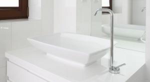Łazienka, stworzona z myślą o córce właściciela, już na pierwszy rzut oka zachwyca elegancką bielą. Ten ponadczasowy kolor króluje tu niemal niepodzielnie.