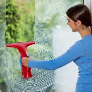 Ściągaczka Windomatic to urządzenie, które nie tylko zasysa wodę i brud, ale jednocześnie eliminuje problem smug. Fot. Vileda