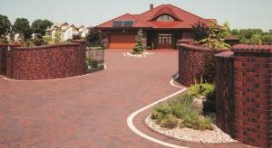 Choć klinkier powszechnie kojarzy się głównie z cegłami, to jego zastosowanie w budownictwie obejmuje także wiele innych elementów architektonicznych.