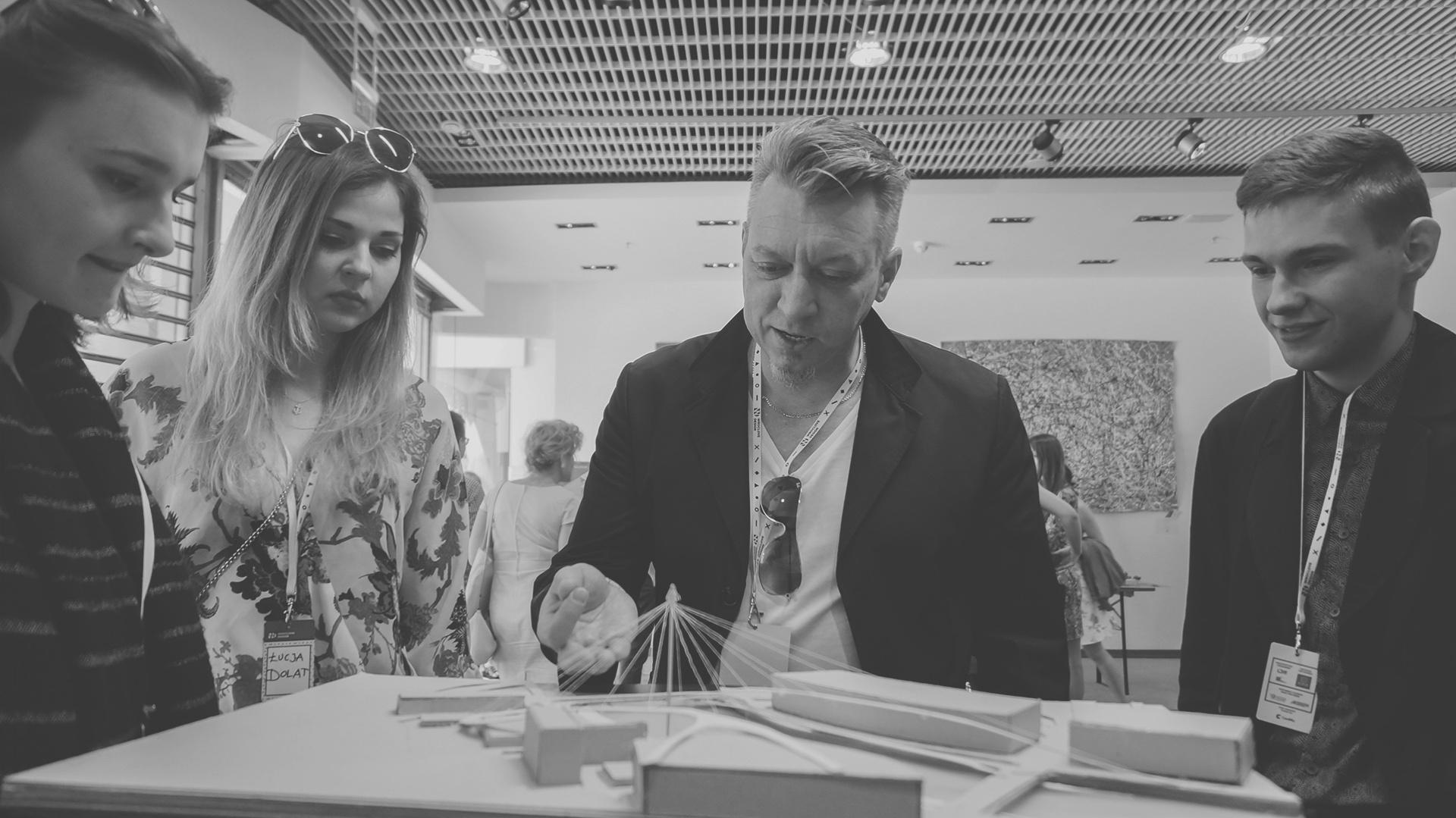"""Grupa pracująca pod opieką uznanego designera, Roberta Majkuta, stworzyła ambitny projekt """"Odractive"""", z kładką dla pieszych oraz systemem ścieżek w kształcie ciała, którego częściami są nadbrzeża oraz sama rzeka. Fot. Materiały prasowe"""
