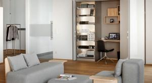 Coraz częściej pracujemy w domu. Nie zawsze jednak mamy miejsce na urządzenie osobnego gabinetu. Zobaczcie, jak wpasować go w salon bądź sypialnię.