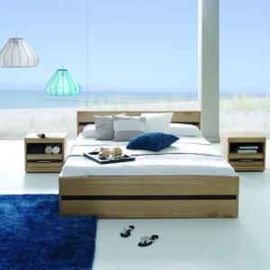 Elegancka kolekcja mebli do sypialni swoimi prostymi formami i jasnym wybarwieniem drewna wpisze się w stylistykę marynistyczną. Fot. Matkowski Meble, sypialnia Voltare