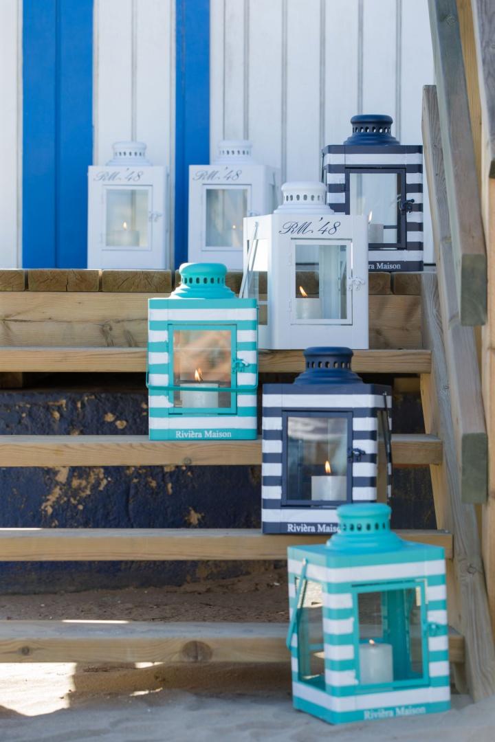 Dekoracyjne latarenki utrzymane w stylu marynistycznym będą świetną dekoracją zarówno wokół domu, jak i we wnętrzu. Fot. Riviera Maison