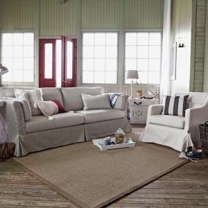 Urządzony w stylu Hamptons salon zachwyca jasną kolorystyką, przetartymi deskami na ścianach oraz dodatkami w marynistycznym stylu. Fot. Inne Meble
