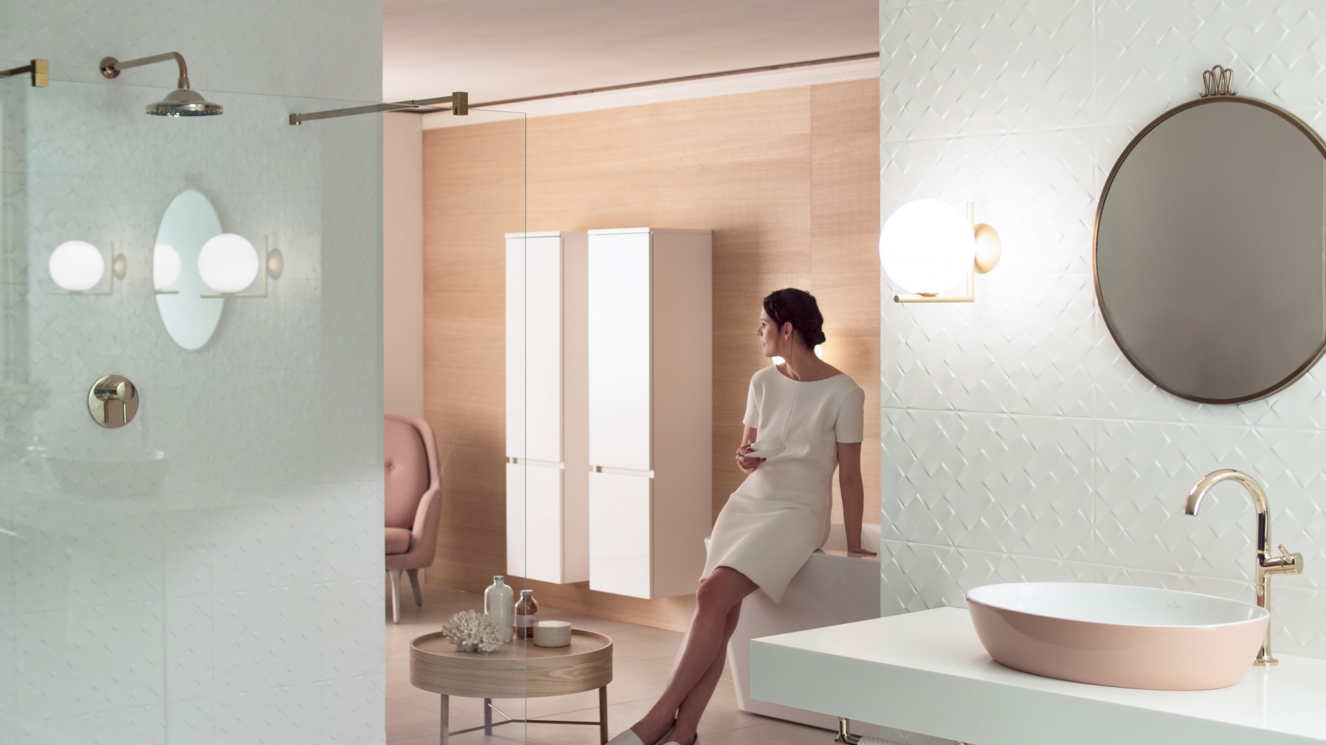Gesa Hansen w łazience z umywalką, dla której stworzyła swoją koncepcję. Fot. Villeroy & Boch