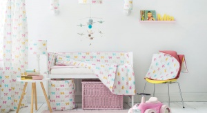 Urządzając pokój dla małej dziewczynki chcemy aby pociecha czuła się jak księżniczka. Wystarczy kilka prostych zabiegów dekoracyjnych, aby osiągnąć zamierzony efekt.