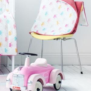 Welurowy miękki kocyk z wypełnieniem. Fot. Lamps & Company