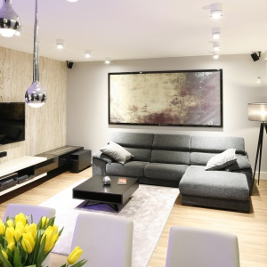 Mieszkanie w bloku zostało urządzone w stylu nowoczesnym; szyku dodają oświetlenie i dodatki. Projekt: Monika i Adam Bronikowscy. Fot. Bartosz Jarosz