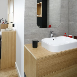 Sypialnia połączona jest z łazienką, dzieki czemu pozornie mała łazienka nabrała przestrzeni. Projekt: Małgorzata Łyszczarz. Fot. Bartosz Jarosz