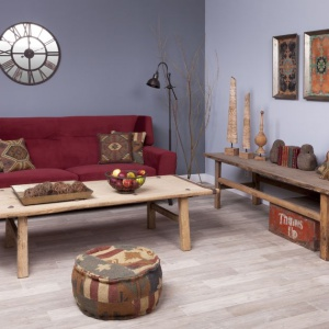 Postarzane drewno i patchworkowe tkaniny nadają duszę aranżacji. Fot. Inne Meble