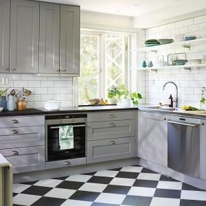 Elegancka klasycyzująca kuchnia została utrzymana w odcieniu szarości. Pięknie prezentuje się w otoczeniu klasycznycch białych kafli. Fot. Ballingslov, kuchnia Nordic