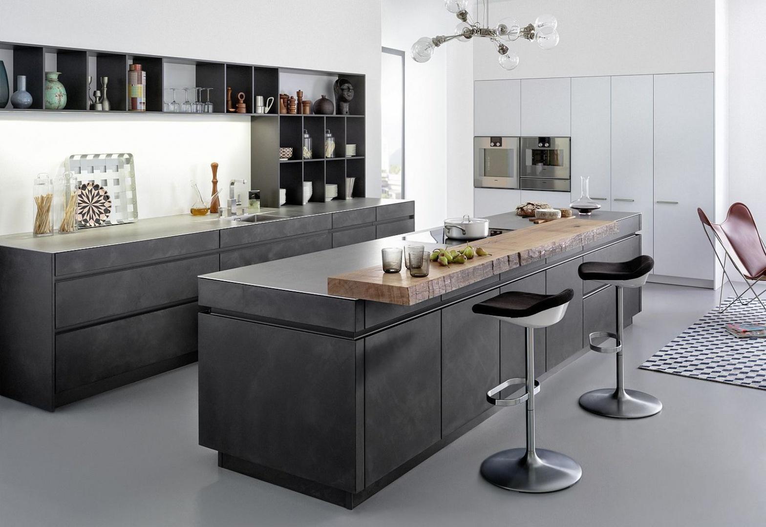 Meble w tej kuchni wykończono oryginalnym materiałem - ręcznie nakładanym cementem. Fot. Leicht, model Concrete-A