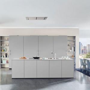 Szare meble kuchenne mają bardzo oszczędną, minimalistyczną formę, pozbawioną zdobień, widocznych uchwytów oraz połysku. Fot. Ballerina, kuchnia Elementary Beauty