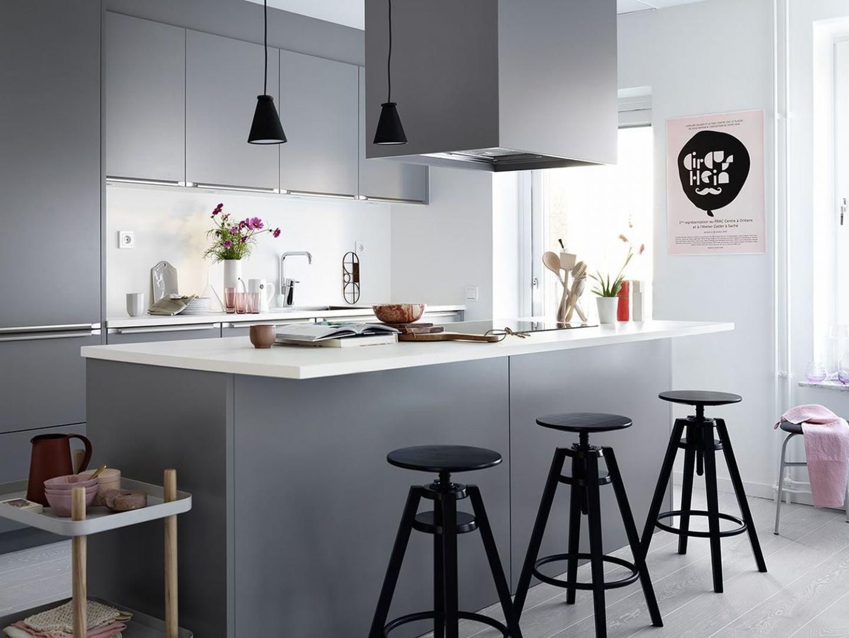 Piękna, elegancka zabudowa kuchenna w macie i minimalistycznej formie oraz antracytowym kolorze. Fot. Ballingslov