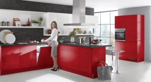W przestrzeniach kuchni wciąż króluje biel, ewentualnie kolory drewna lub szarości i beże. Producenci mebli oferują jednak produkty w zaskakujących kolorach - np. czerwieni.
