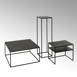 Zestaw stolików kawowych Dado Lambert w stylu industrialnym i loftowym. Wykonane są z aluminium w kolorze grafitowym. Gdy mniejszy stolik nie jest akurat potrzebny, można schować go pod większy. Fot. Lambert