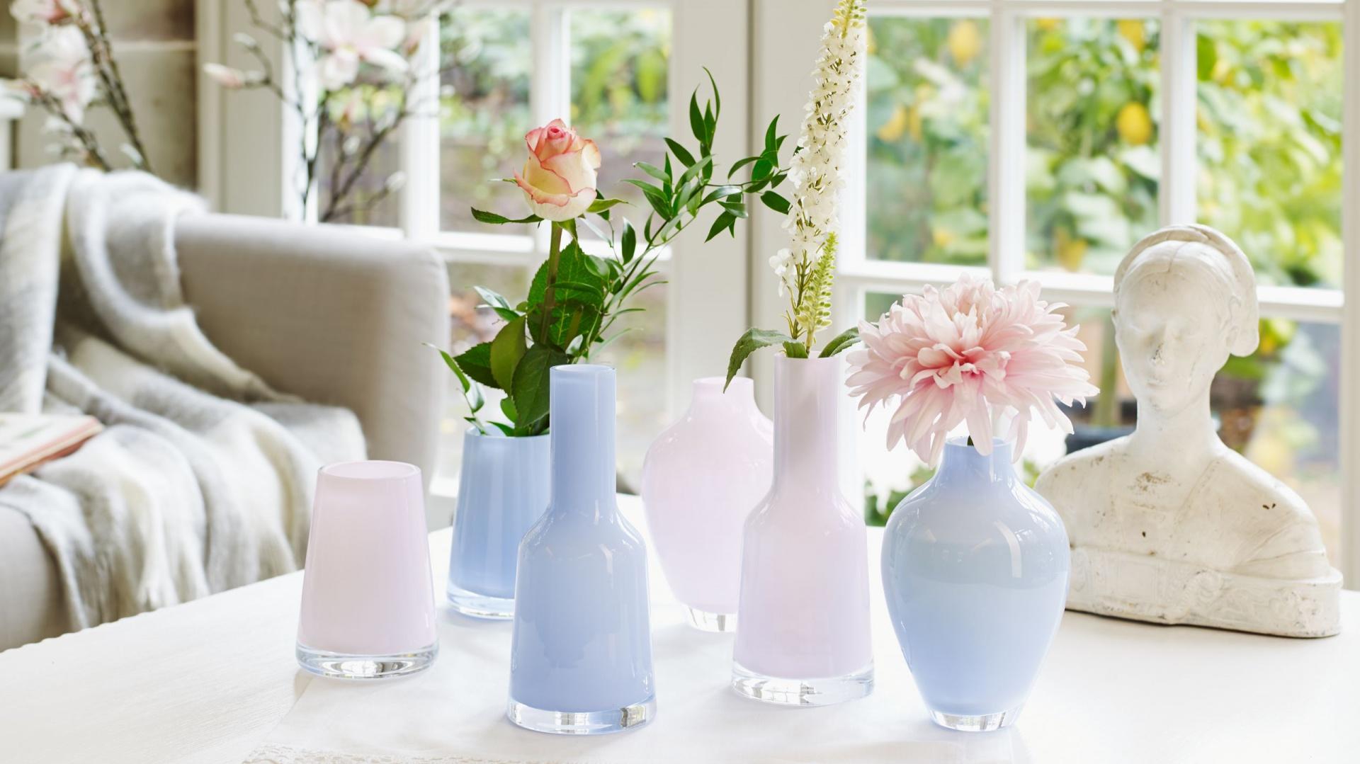 Ręcznie wykonane miniwazony Nek, Numa i Tiko Villeroy & Boch z dmuchanego szkła w odcieniach lovely rose oraz mellow blue. Można je dowolnie zestawiać tworząc dekoracyjne kompozycje. Fot. Villeroy & Boch
