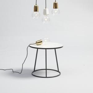 Oryginalne lampy wiszące Hübsch wykonane ze szkła, mosiądzu lub ceramiki. Dedykowane do pomieszczeń w skandynawskim lub industrialnym stylu. Fot. Hübsch