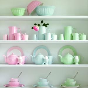 Ceramika Alice Green Gate zdobiona w oryginalne prążki, w kolorze różowym, niebieskim i zielonym. Obejmuje wszystkie produkty potrzebne do stworzenia codziennej zastawy stołowej. Fot. Green Gate
