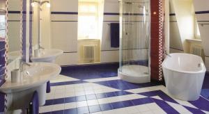 Łazienka jest jedną z kilku w przestronnym domu. Ma jednak zupełnie inny charakter niż pozostałe, których aranżacje odwołują się do stylu wiktoriańskiego.Użytkownikami są przedszkolak i dwójka nastolatków.