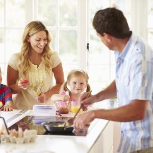 Po kilkunastu latach zachwytu aneksami, na rynku mieszkaniowym można dostrzec odwrotny trend. Coraz więcej osób marzy o osobnej, funkcjonalnej kuchni. Fot. 123rf