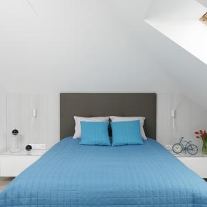 Jasna sypialnia na poddaszu, w której dominuje biel delikatnie przełamana motywem bielonych desek, zdobiących ściankę kolankową oraz antracytowym zagłówkiem. Projekt: Marta Kilan. Fot. Bartosz Jarosz