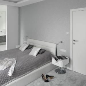 Sypialnię urządzono w wyciszających odcieniach szarości, okraszonych białymi akcentami. Projekt: Katarzyna Mikulska-Sękalska. Fot. Bartosz Jarosz