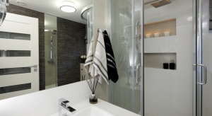 Właścicielom zależało, by łazienka była prosta, praktyczna, ale i elegancka na lata. Koniecznie musiało się w niej znaleźć dużo miejsca na przechowywanie.