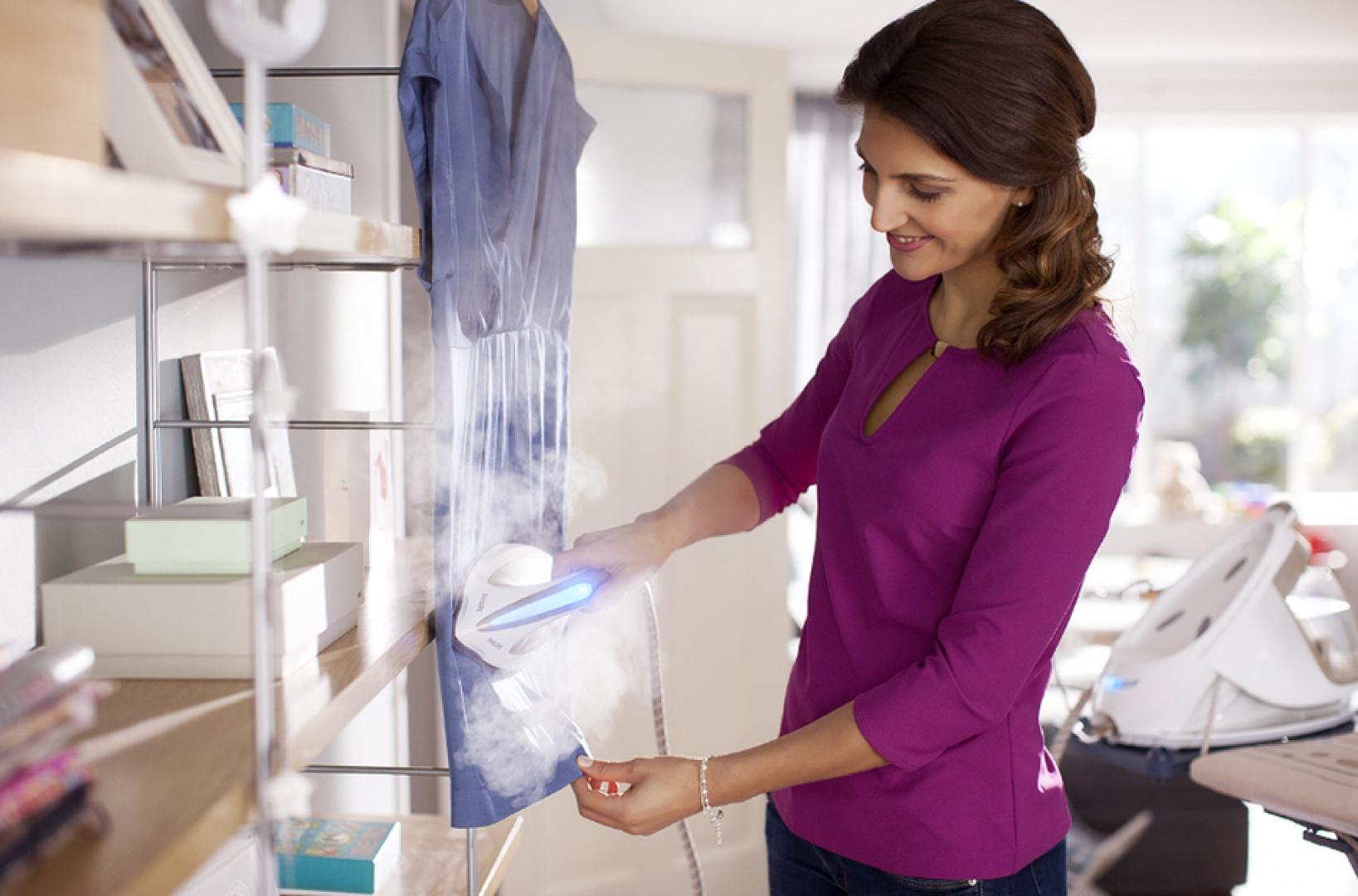 Dzięki ręcznej parownicy nie musimy nawet używać deski do parasowania. Fot. Philips