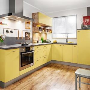 Fronty kuchenne w kolorze najszlachetniejszej z przypraw - szafranu, świetnie wpisują się w aranżację kuchni. Ciepły żółty kolor balansują szare cokoły i blat. Fot. KAM Kuchnie, model KAMPlus