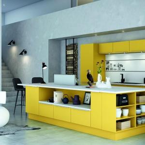 Kolorowa kuchnia, w której mocny odcień żółci zestawiono z chłodną bielą. Fot. HTH, model KT11