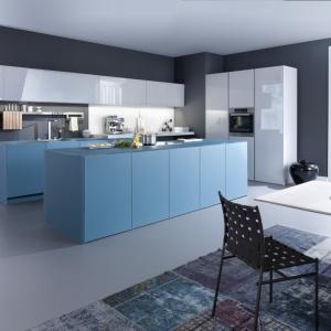 Kolorowa kuchnia, w której śnieżną biel w połysku połączono z błękitem w macie. Miks barw i faktur stworzył ciekawy duet. Fot. Leicht, meble Largo-FG | IOS-M