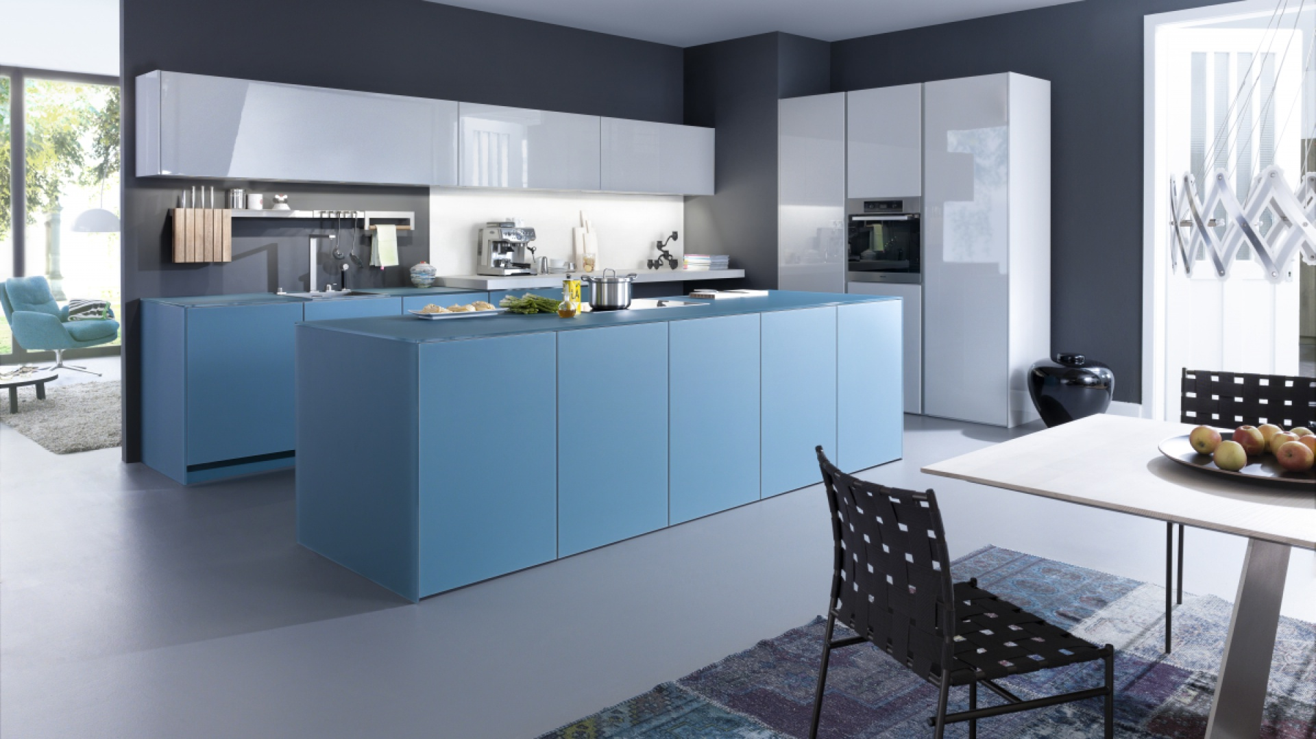 Kolorowa kuchnia, w której śnieżną biel w połysku połączono z błękitem w macie. Miks barw i faktur stworzył ciekawy duet. Fot. Leicht, meble Largo-FG   IOS-M