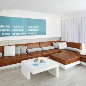 Podłoga w salonie została wykończona płytkami imitującymi bielone drewno. Projekt: Dominik Respondek. Fot. Bartosz Jarosz