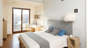 Drewniana podłoga w sypialni zbuduje pożądany przytulny nastrój. Zobaczcie 12 pięknych zdjęć z domów Polaków.