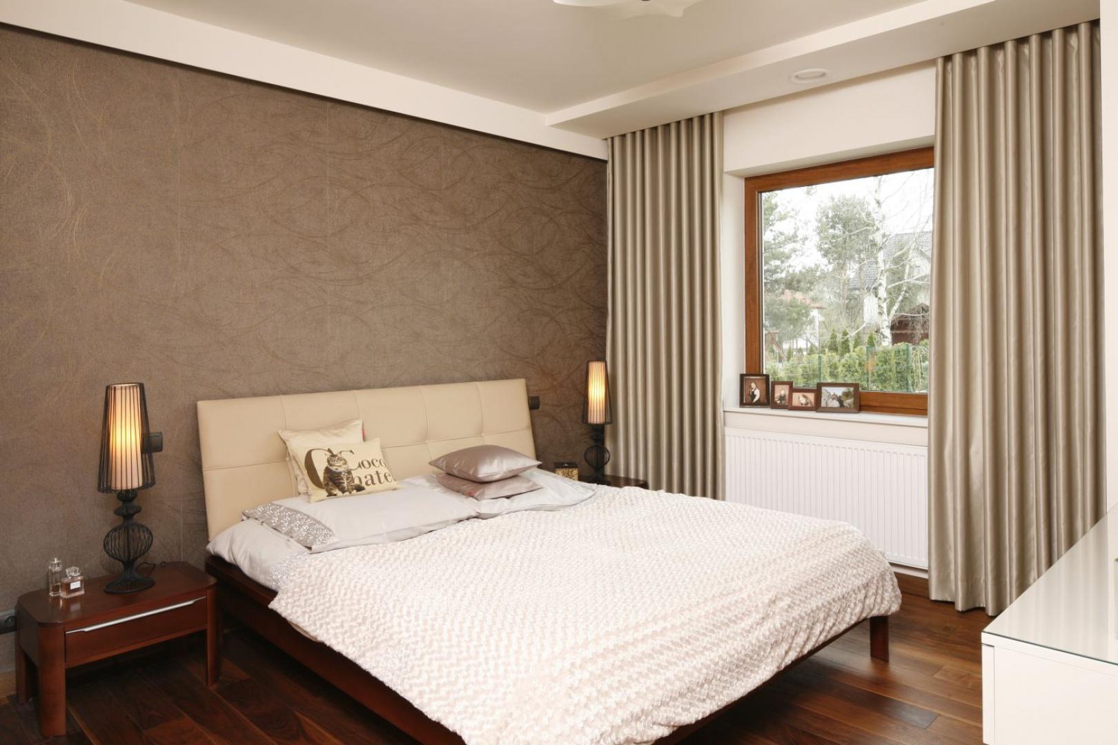 Przytulna sypialnia urządzona w kolorach czekolady i kawy z mlekiem. Podłogę wykończono pięknym drewnem w ciepłym wybarwieniu. Projekt: Piotr Stanisz. Fot. Bartosz Jarosz