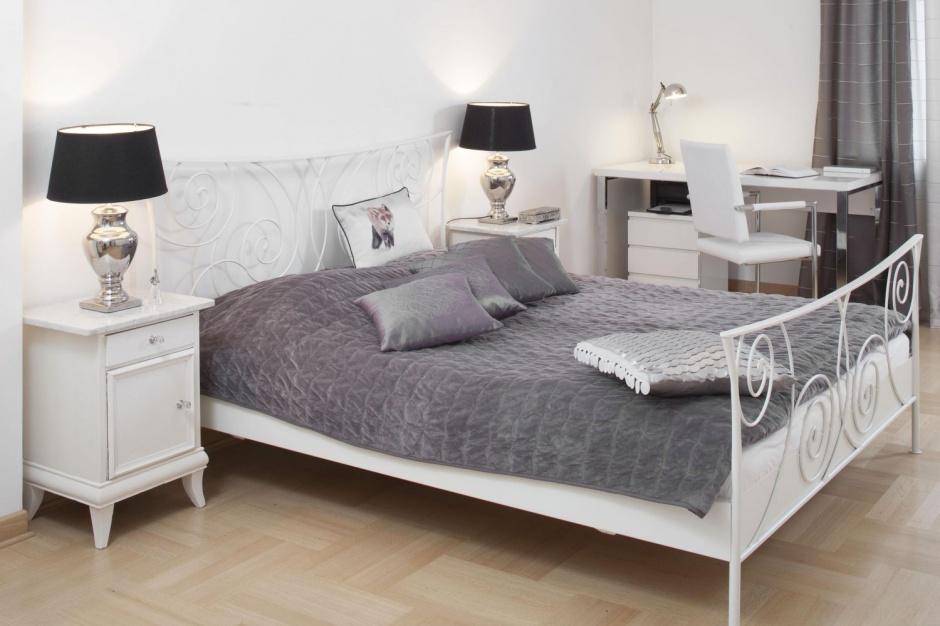 Delikatne białe meble o...  Podłoga w sypialni: postaw na przytulne drewno  Strona: 10