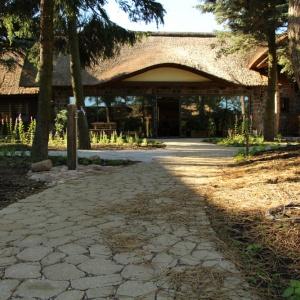 Estetyczna i funkcjonalnie zaprojektowana nawierzchnia uwypukla aspekt architektoniczny posiadłości. Fot. ABW Superbruk