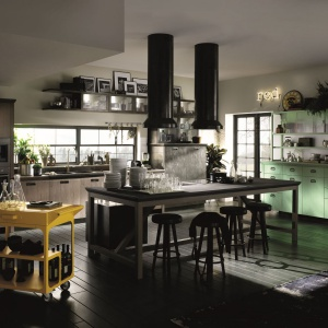 Diesel Social Kitchen to koncepcja kuchni stworzona przez marki Diesel Home i Scavolini. W jednym wariancie zaproponowano meble w miętowym kolorze. Całość zdobi roślinność doniczkowa. Fot. Scavolini