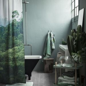 Kurtyna do prysznica lub wanny z nadrukiem zielonej, egzotycznej dżungli. Fot. H&M Home