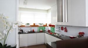 Strefę zmywania można urządzić, tradycyjnie, pod ścianą, na półwyspie lub wyspie, a także... pod oknem. Zobaczcie, jak rozwiązanie to prezentuje się w polskich domach.