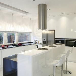 W tej kuchni powierzchnię roboczą poprowadzono wzdłuż przeszklonej ściany, co sprawiło, że strefa zmywania jest pięknie oświetlona z każdej strony. Projekt: Katarzyna Mikulska-Sękalska. Fot. Bartosz Jarosz