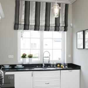 W pięknej klasycznej kuchni dwukomorowy zlewozmywak podwieszany pod blatem znalazł się bezpośrednio przy pięknym oknie ze szprosami. Projekt: Ventana. Fot. Bartosz Jarosz