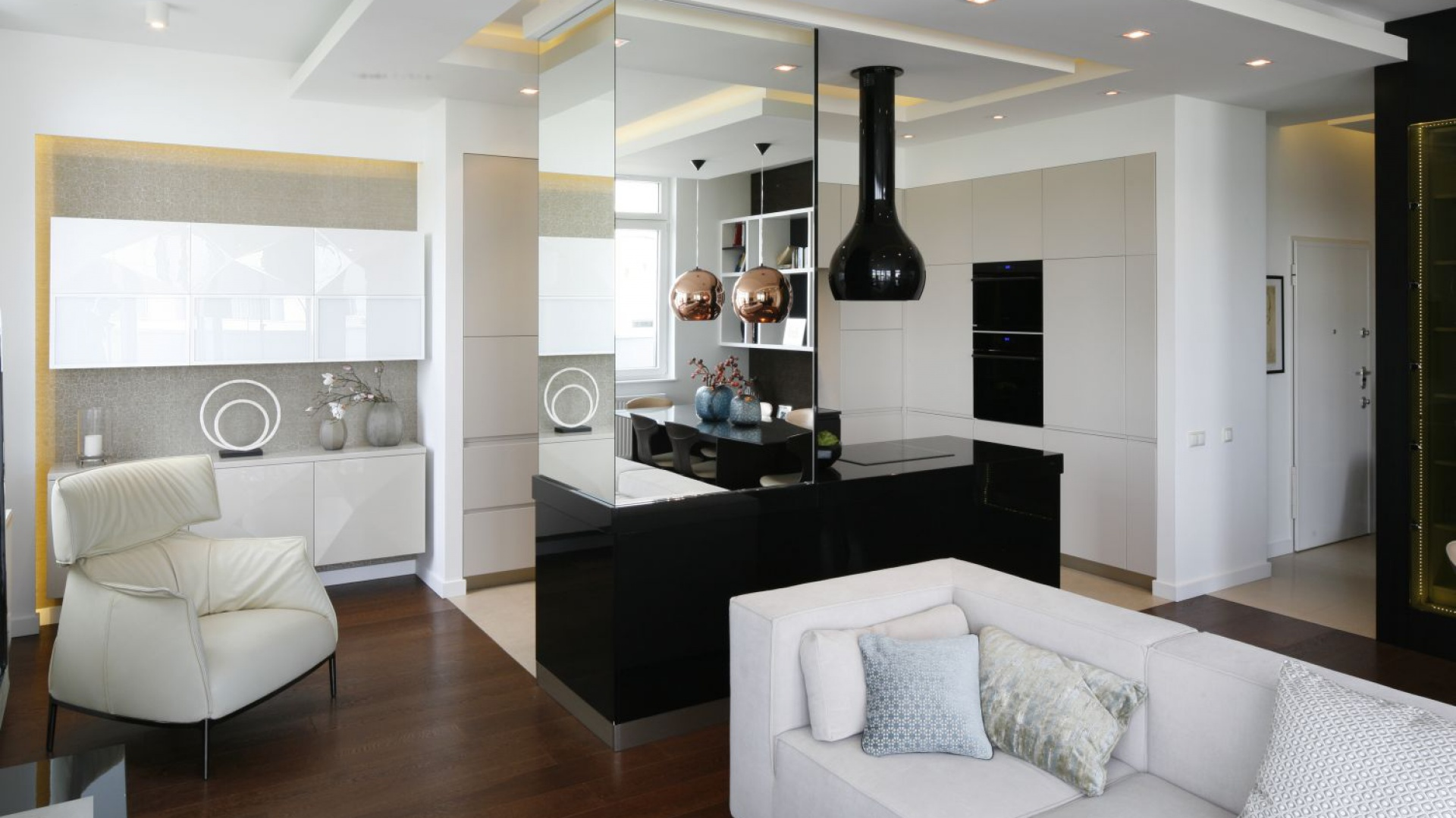 Przestronny, otwarty na kuchnię i jadalnię, salon jest urządzono w nowoczesnym stylu. Projekt: Agnieszka Hajdas-Obajtek. Fot. Bartosz Jarosz