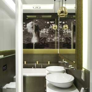 Prawdziwą ozdobą łazienki jest mało znane, a bardzo piękne i tajemnicze zdjęcie Marylin Monroe. Projekt: Agnieszka Hajdas-Obajtek. Fot. Bartosz Jarosz