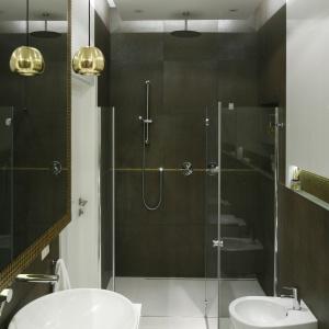 W łazience znalazło się wystarczająco miejsca na wannę i prysznic. Projekt: Agnieszka Hajdas-Obajtek. Fot. Bartosz Jarosz