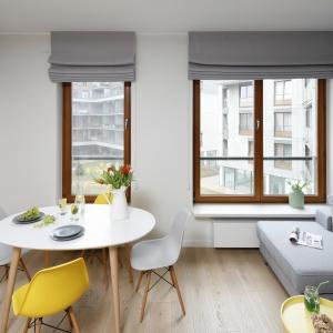 W części wypoczynkowej główną rolę gra nowoczesna i wygodna narożna kanapa w modnym odcieniu szarości, który stanowi doskonałe tło dla wyrazistych, stylowych dodatków.